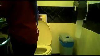 awek bertudung kencing di tandas